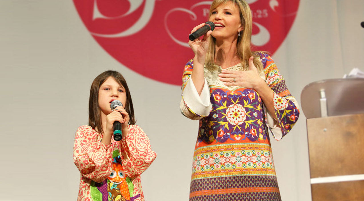 Mia robertson Songs   Mia Robertson, And Mom Missy, Sweetly Sing And Worship With 'Revelation Song'   Country Music Videos