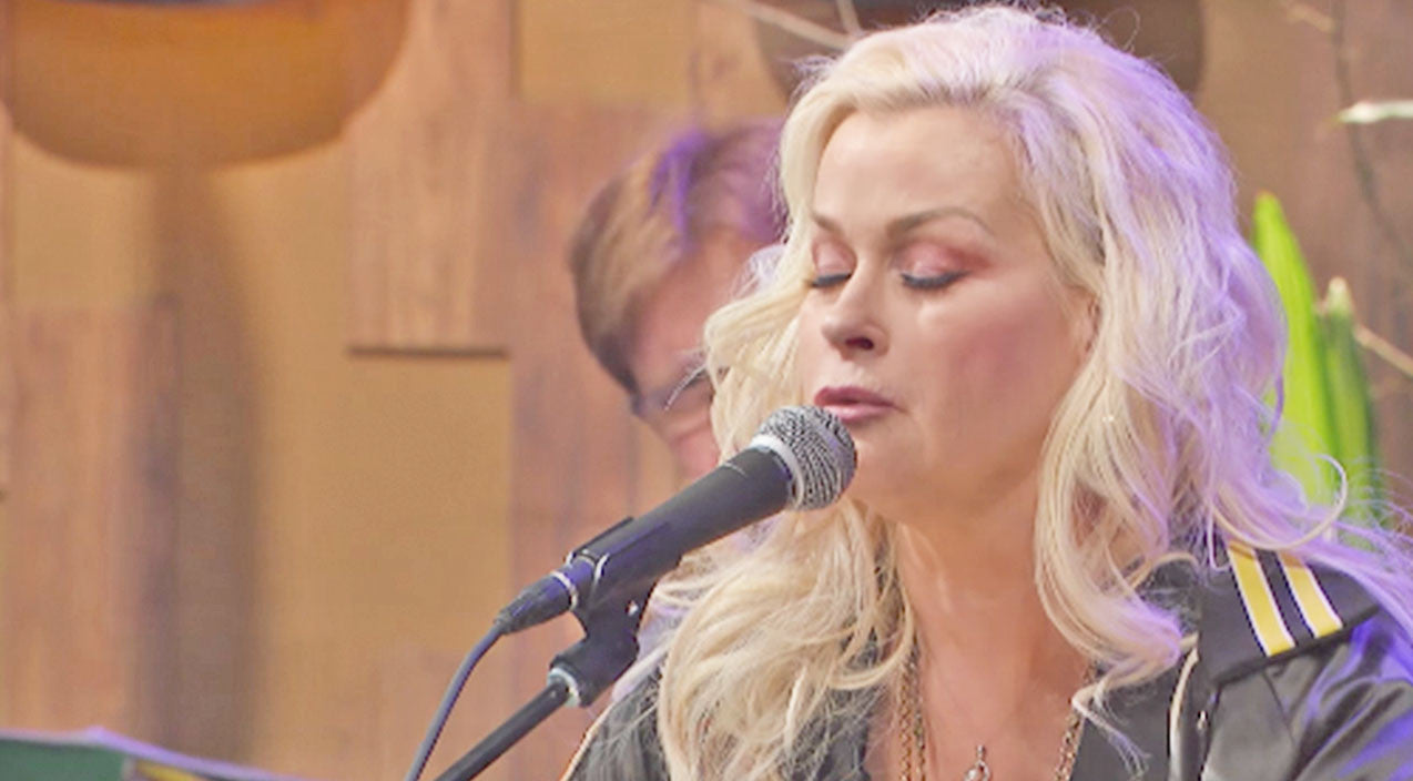Lorrie morgan Songs | Decades Later, Lorrie Morgan Still Pulls On Our Heartstrings With 'Picture Of Me' Performance | Country Music Videos