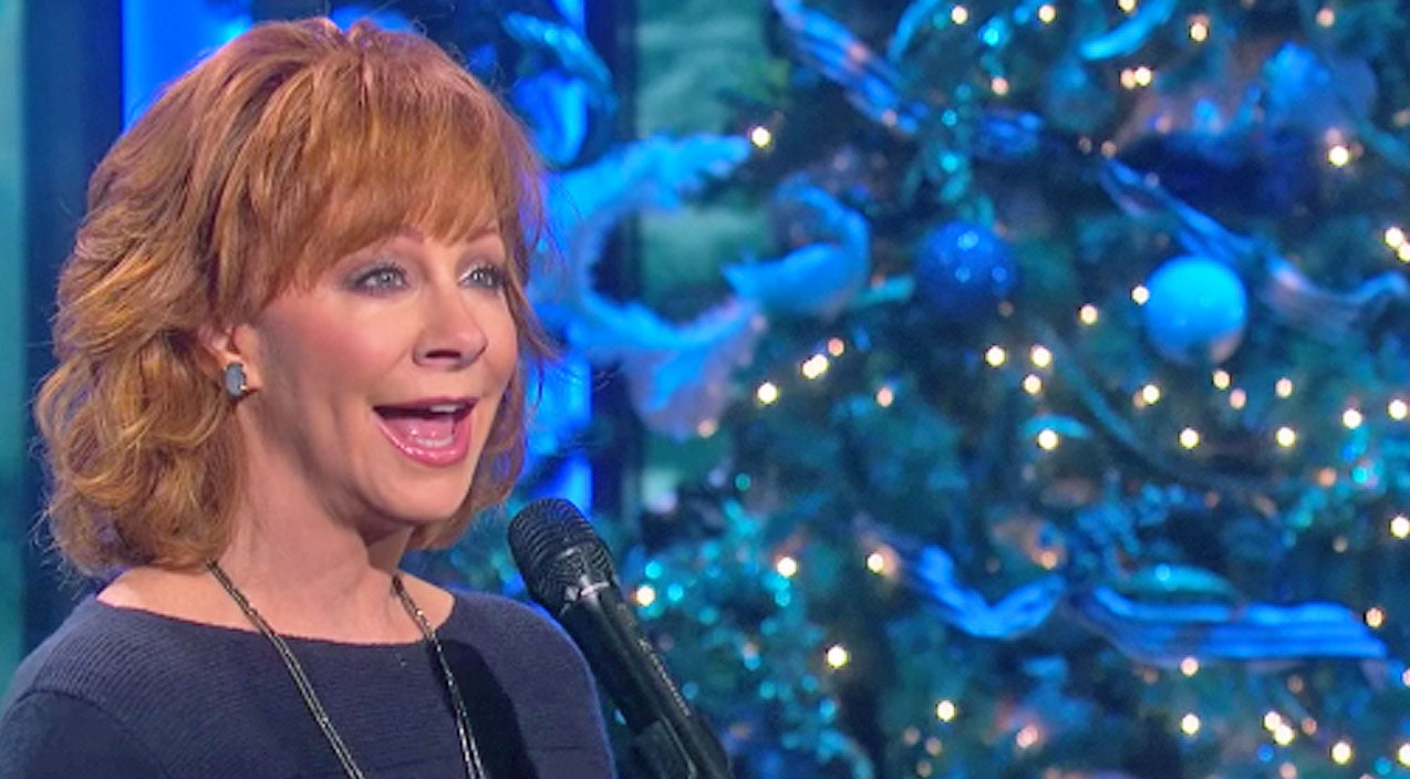 Reba mcentire Songs | Reba McEntire Delivers Phenomenal Performance Of 'I'll Be Home For Christmas' | Country Music Videos