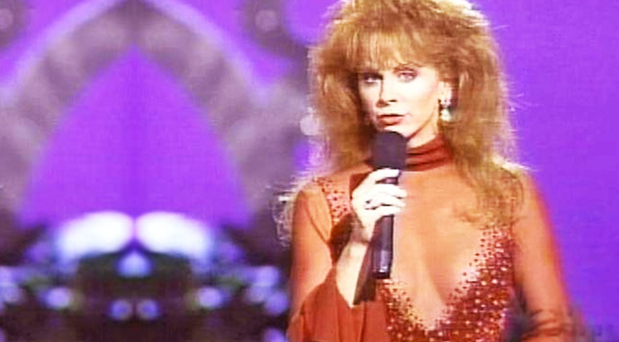 Reba mcentire Songs | Reba McEntire & Linda Davis Deliver Sensual Duet Of 'Does He Love You' | Country Music Videos