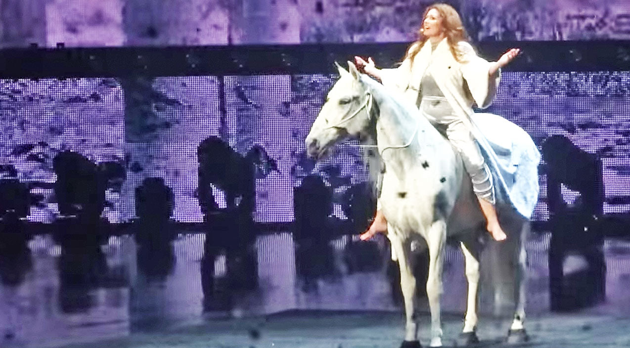 Shania twain Songs | Shania Twain Surprises Audience While Singing On Horseback | Country Music Videos