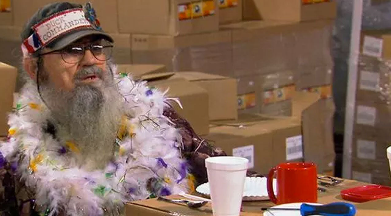 Si Gives Dating Advice In A Feather Boa, And It's Hilarious! | Country Music Videos