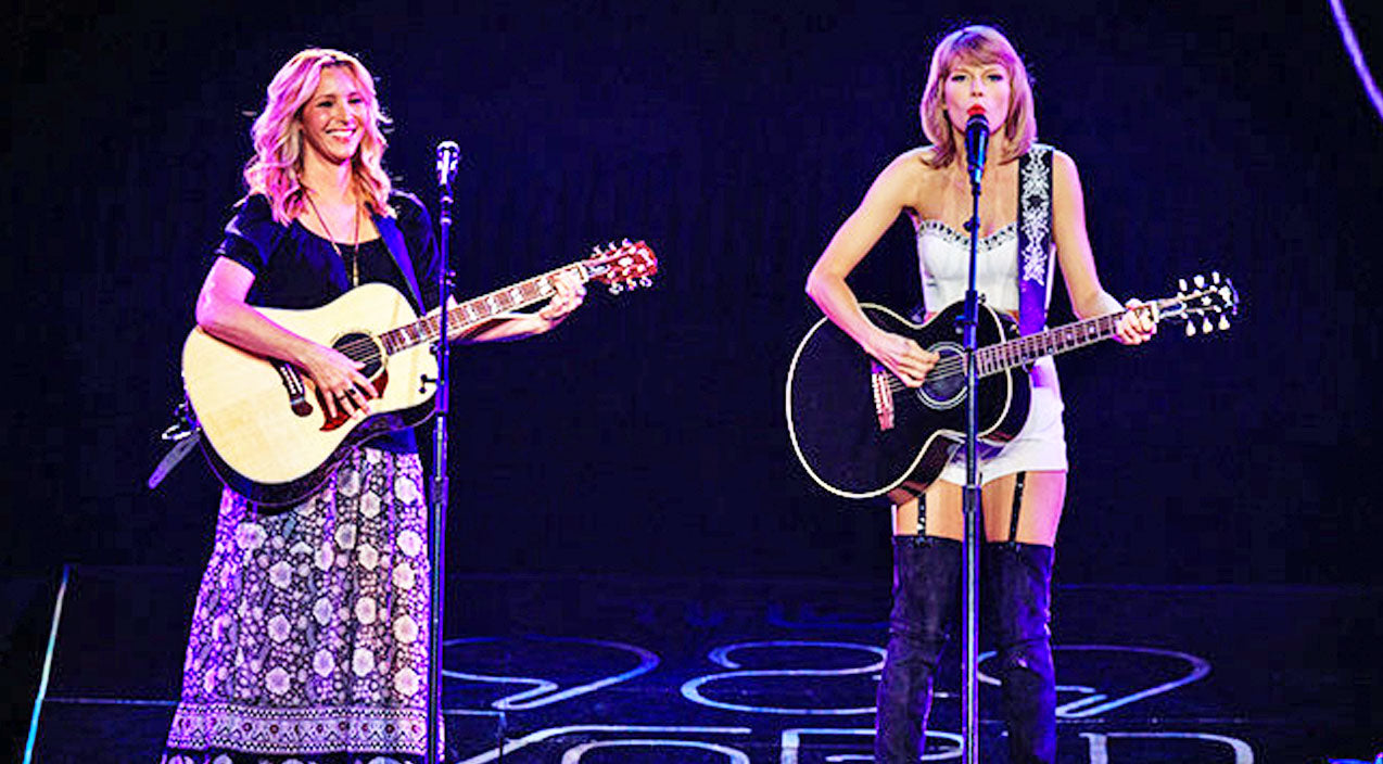 Taylor swift Songs | Taylor Swift Joins Lisa Kudrow For An Unforgettable Performance of