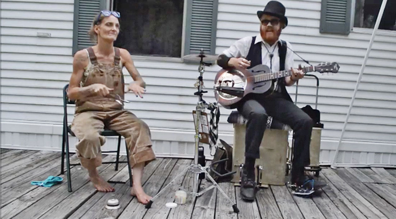 Barefoot, Overall-Wearing 'Spoon Lady' Sits Down, Greases Her Spoons, & The Rest Is Pure Magic   Country Music Videos