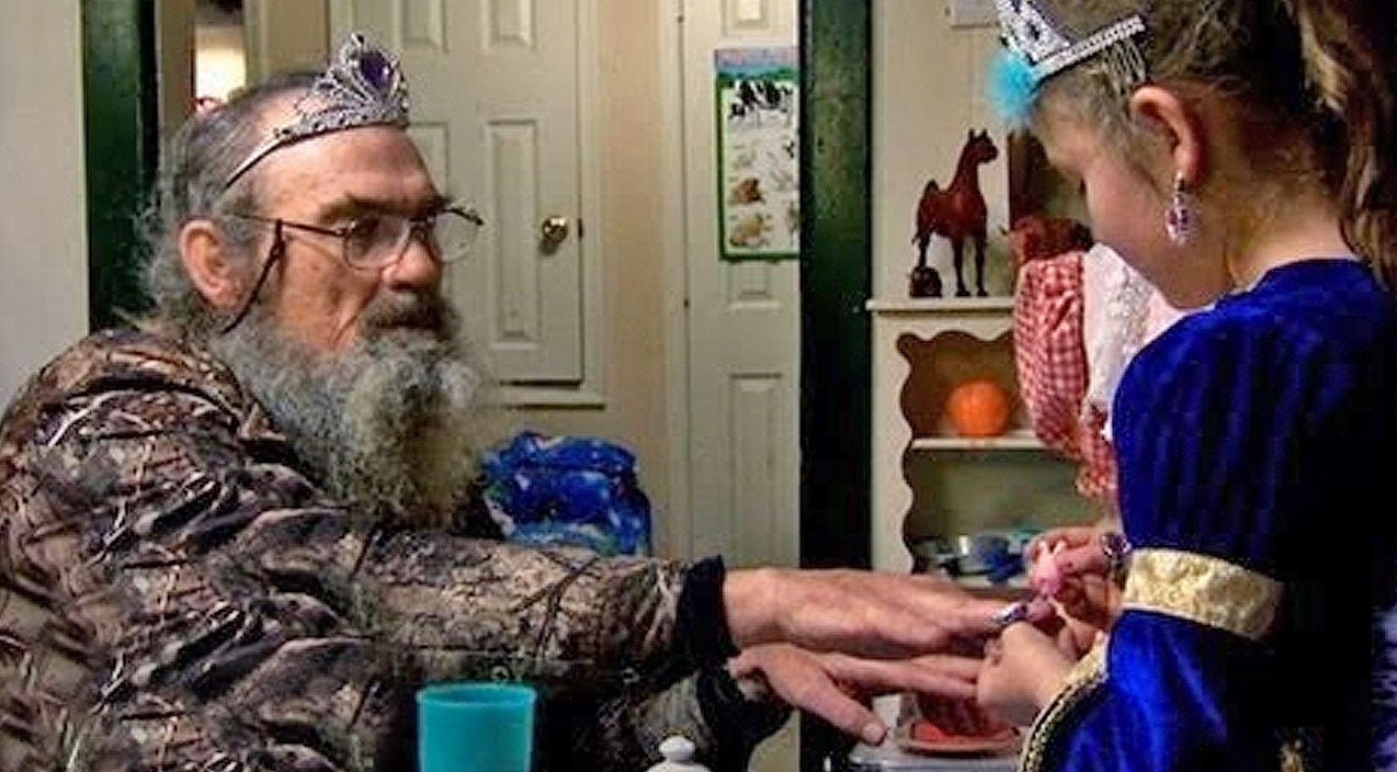 4. When Uncle Si Played Tea Party With His Grandnieces | Country Music Videos