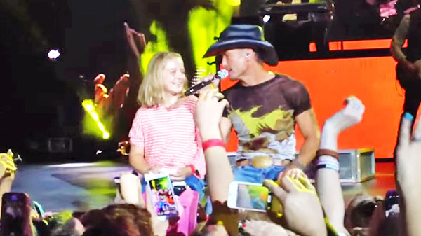 Tim mcgraw Songs | Tim McGraw - Pulls Fan Onstage To