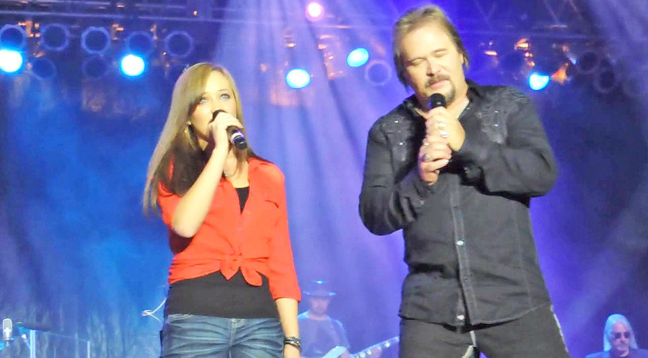 Travis tritt Songs | Travis Tritt's Teenage Daughter Steals The Show During Impressive Stage Debut | Country Music Videos
