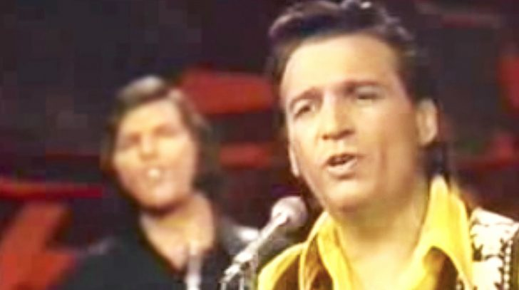 Waylon jennings Songs | Waylon Jennings Dresses Up 'Me And Bobby McGee' With Rich Vocals & Rockin' Guitars | Country Music Videos