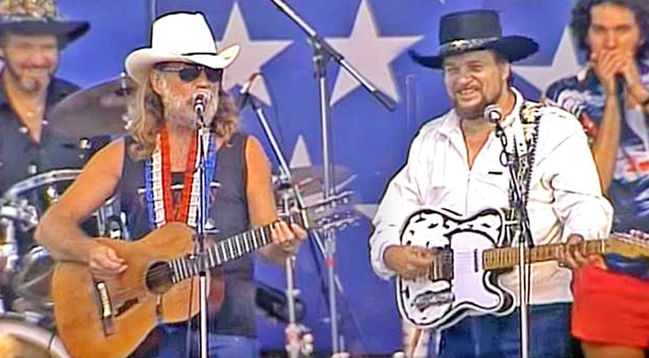 Willie nelson Songs | Willie Nelson & Waylon Jennings Delight With Fun-Filled Performance Of Classic Duet | Country Music Videos