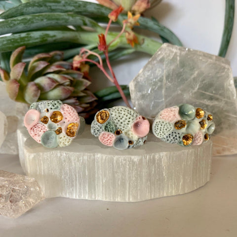 One green /pink/ grey with gold rock coral ring