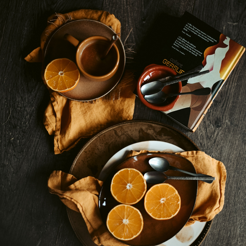Coffee and sliced oranges. Photo by Gaella Marcel.