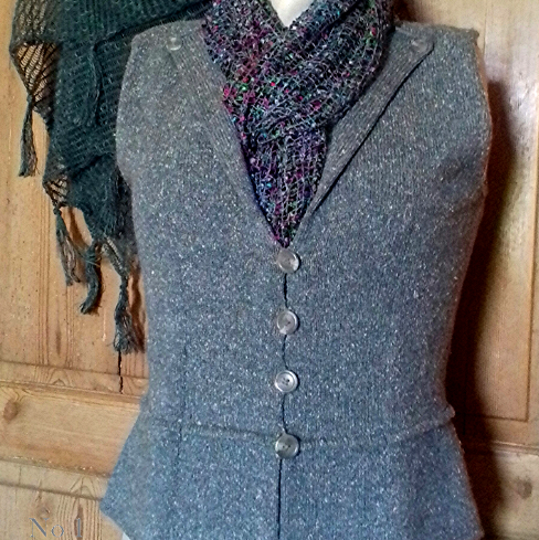 Grey knitted waistcoat with 4 buttons and multicoloured scarf