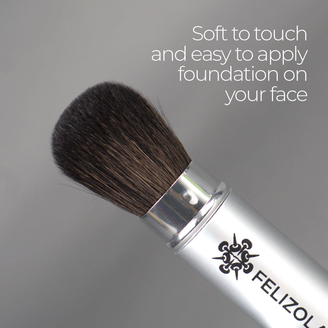Create endless looks, from the most natural to the most sophisticated, with the integrated applicators.