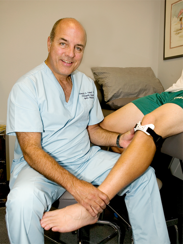 Dr. Fareed placing KneedIT on a patient