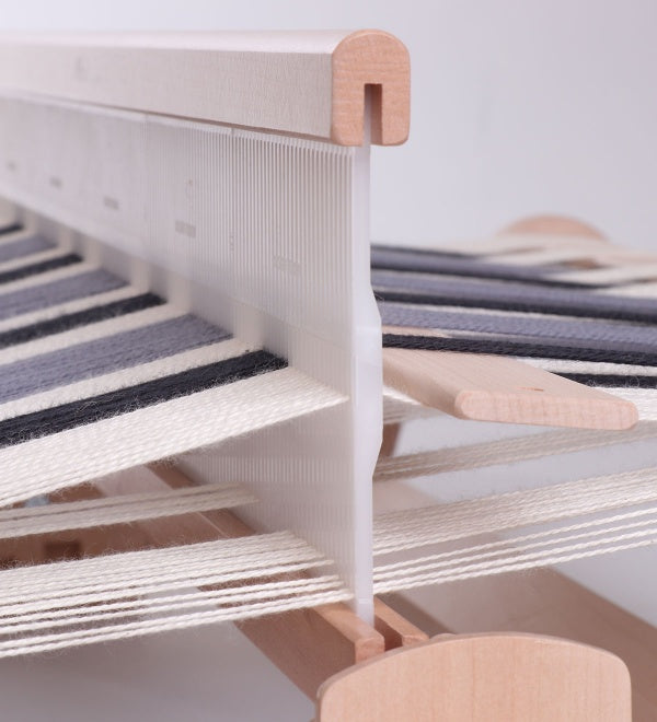 Open shed of a rigid heddle loom
