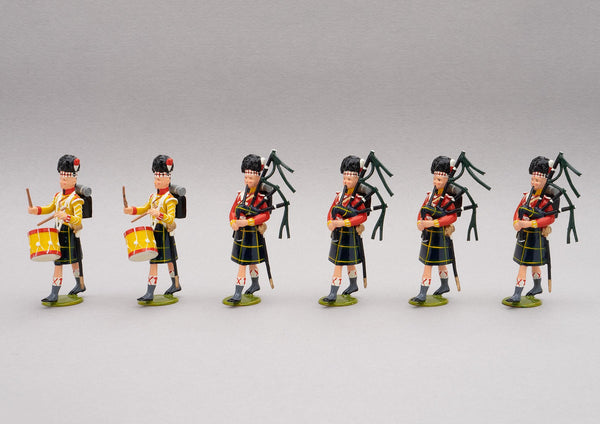 Set 121a Pipe band of the Gordon Highlanders, Waterloo 1815 | British Infantry | Napoleonic Wars | Gordon Highlanders Band, 1815. All wear the Highlander feather bonnet and Gordon tartan kilts. This set comprises a four pipers, and two drummers | Waterloo | © Imperial Productions | Sculpt by David Cowe