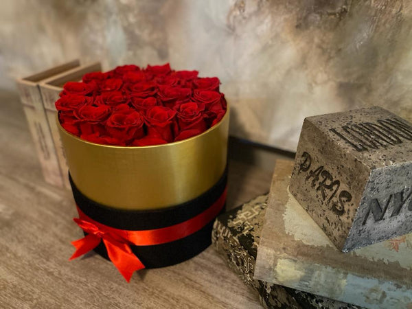 Round box 19 Roses Large The ultimate romantic gift of 19 red preserved roses in a Black & Gold Round box