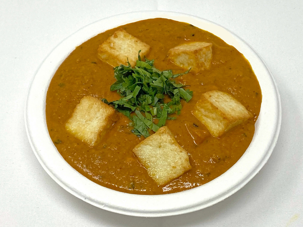 Creamy onion and tomato gravy with green peas and paneer cubes