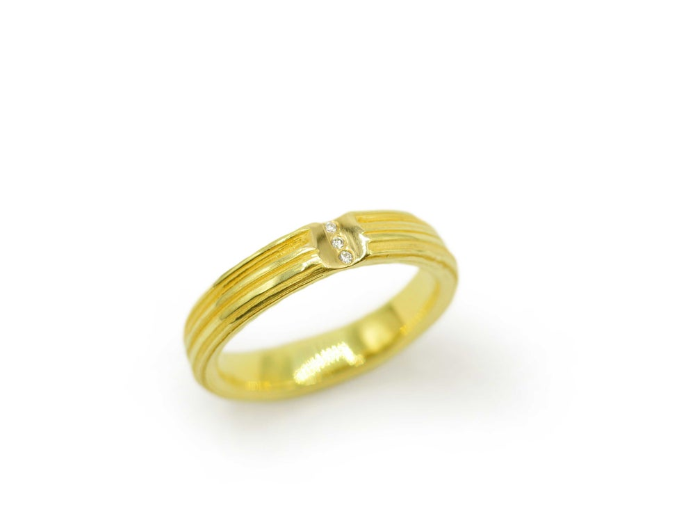 Absolu 'Interstice' band in 18ct yellow gold