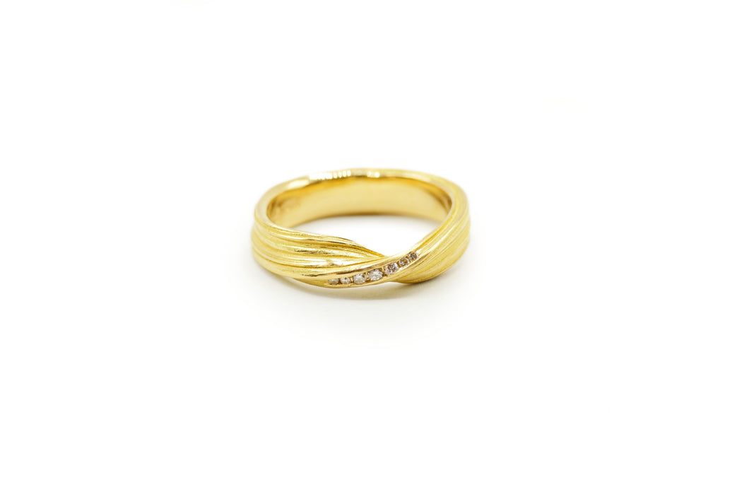 Absolu 'Fold' ring in 18ct yellow gold and diamonds
