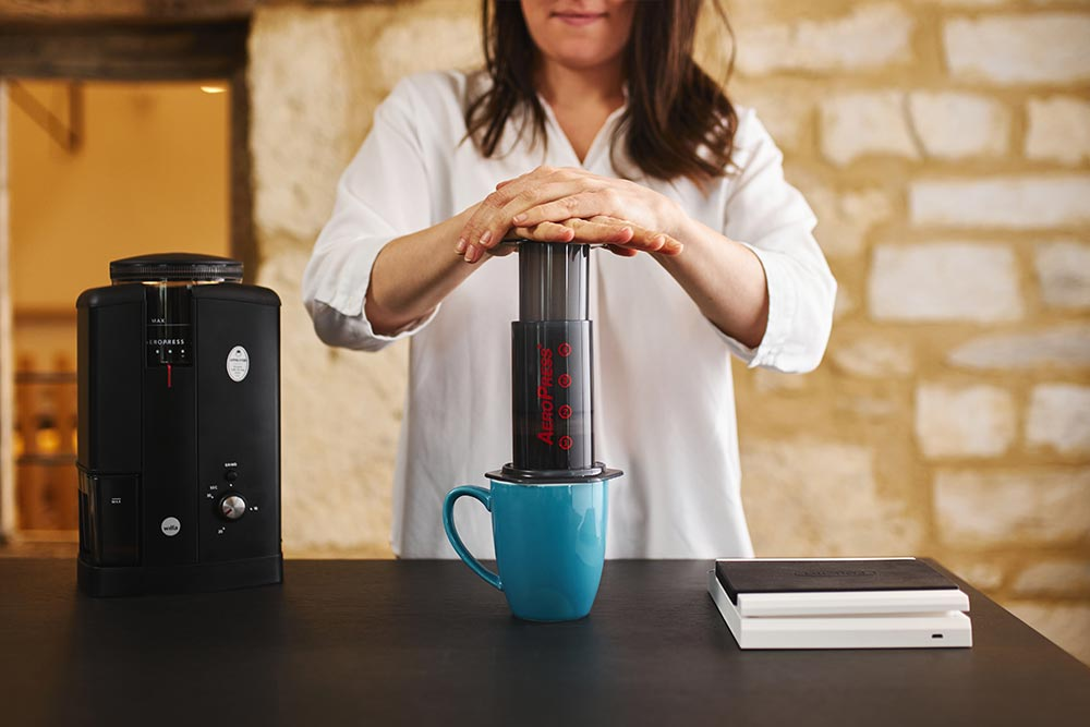 Artisan coffee co aeropress single cup brew guide push plunger down hissing sound grinder