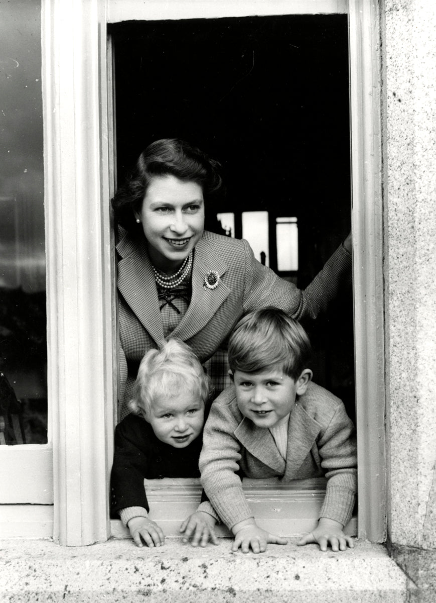 Queen Elizabeth, Prince Charles & Princess Anne, Balmoral Castle, Mai 1953 | OstLicht Vintage Photo Sale