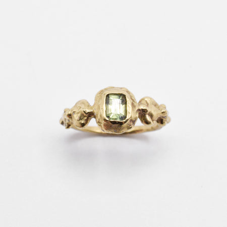 Ore ring - 14k gold with pale green sapphire