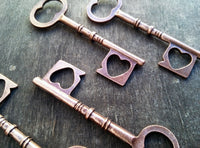 "100 Skeleton Keys Steampunk Rustic Wedding Heart Shape 2.4"" Antiqued Copper Pendants Vintage Style Bulk Lot Set Craft Decoration Supply"