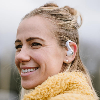 Flicka som bär JBuds Air Sport True Wireless Earbuds Earbuds