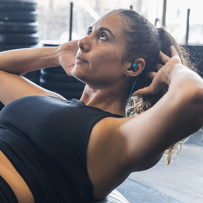 Femme portant Fit Sport 3 Wireless Écouteurs de fitness