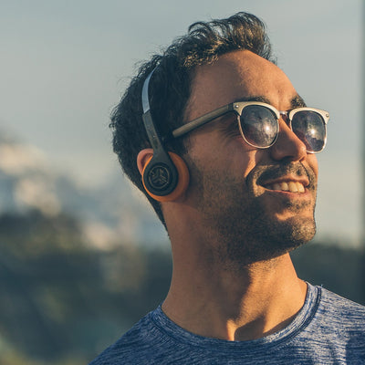 Guy trägt Rewind Wireless Retro Headphones Retro Kopfhörer
