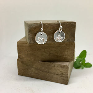 TINY LEAF MOTIF DROP EARRINGS