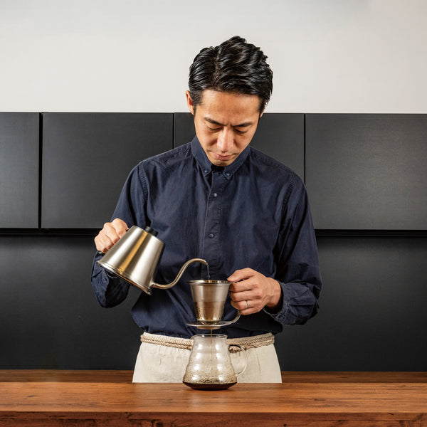 Tetsu Kasuya demonstrating use of the paperless Double Stainless Steel Dripper