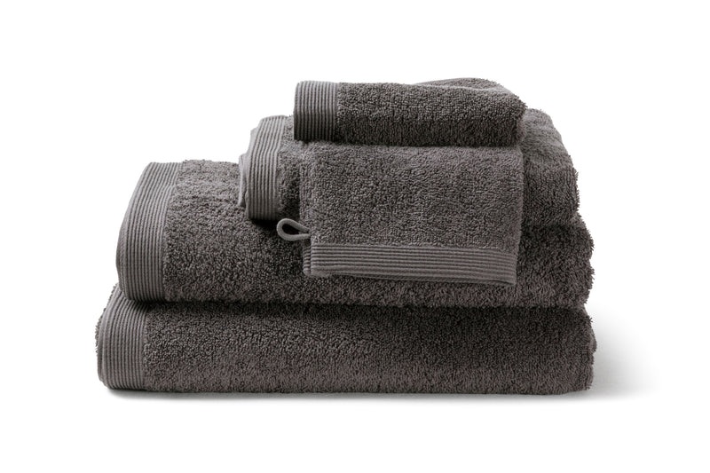 Serviette de bain moderne, de couleur Grey Charcoal en coton de la collection COMO