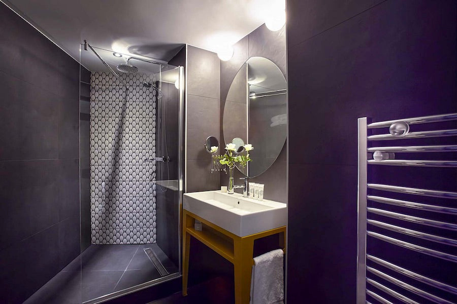 Dark and Dramatic For Small Bathroom