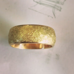 18k gold ring with rock texture