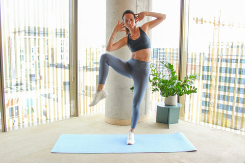 woman doing a standing oblique crunch on the right side