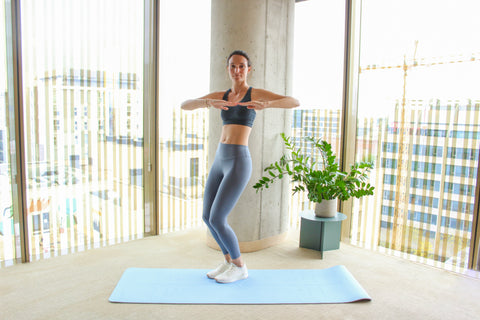 woman doing a jumping oblique twist on the left side