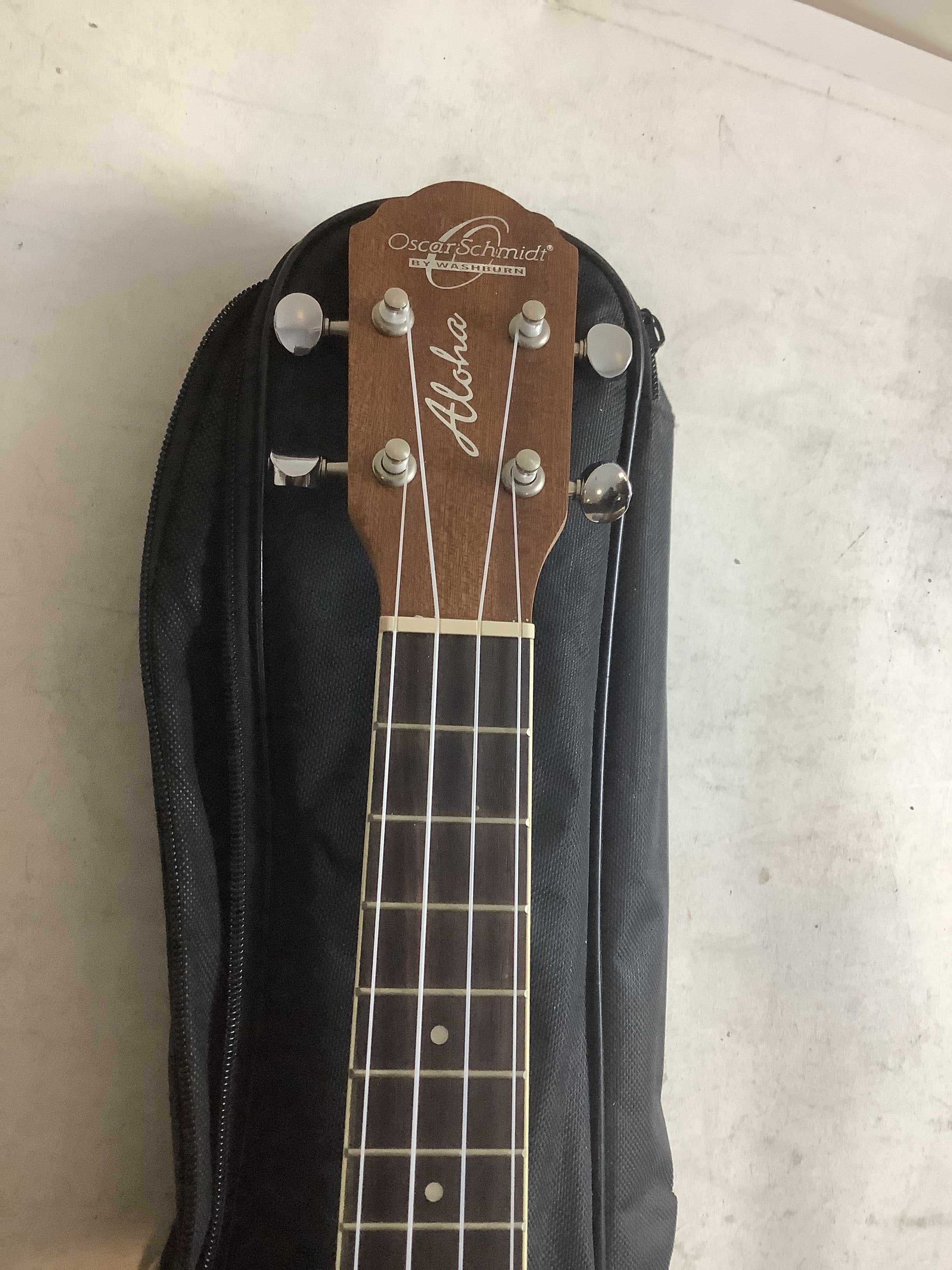 oscar schmidt ukulele  OU2 Brown with case and accessories