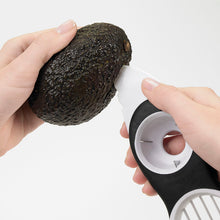 Afbeelding in Gallery-weergave laden, OXO Good Grips Avocadosnijder 3-in-1