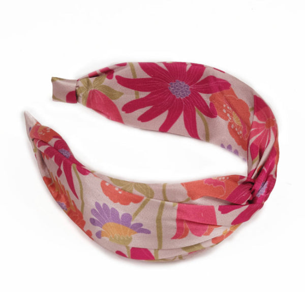 The Satin Headband in Retro Meadow is the perfect accessory for Summer, adding a glamorous detail to any outfit!