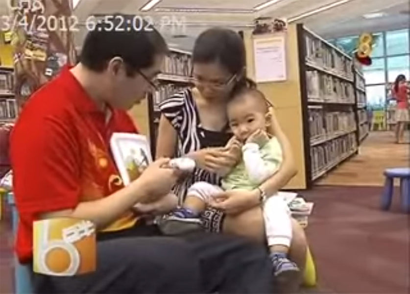 狮城6点半 - One-Year Old baby loves to read with EMOTI Talking-Pen