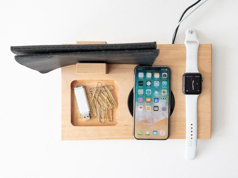 Holder i træ med Qi opladning af iPhone og Apple Watch