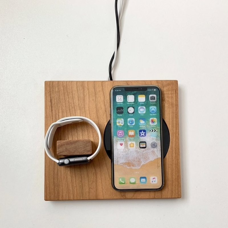 iPhone og Apple Watch dock i træ
