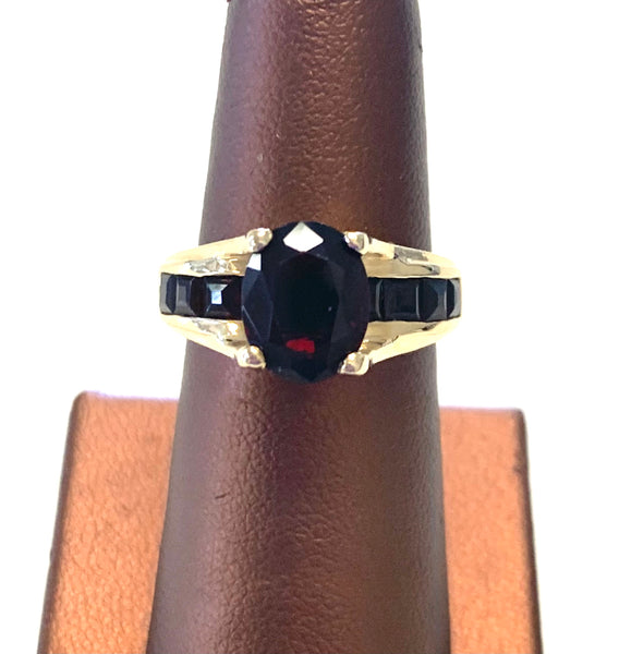 Beautiful Estate 14K Yellow Gold and Garnet Ring, Size 7.25