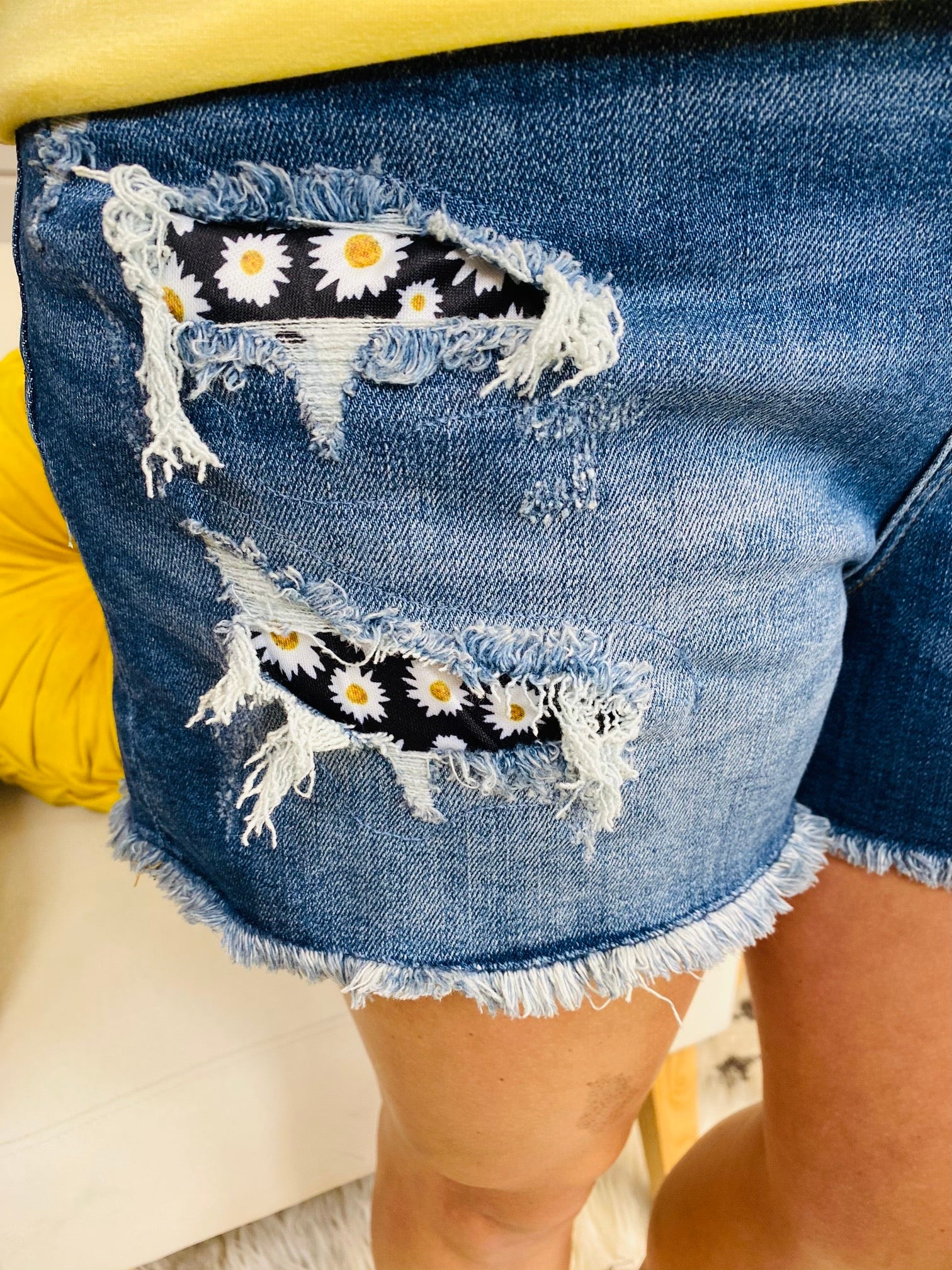 PLUS/REG Judy Blue Cover Me in Daisies Shorts