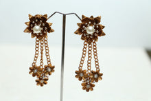 Load image into Gallery viewer, Metallic Flower Earrings