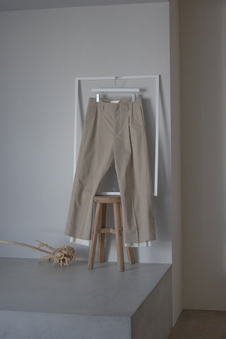 Rich I(リッチ アイ)の21-22 AWコレクションのUNCLE,TUCK TAPERED TROUSERS(Rich-I-00-02)