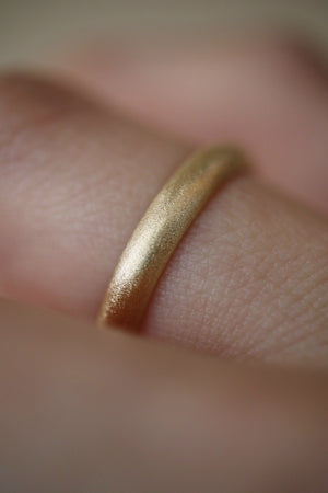 Anello Poesy di 3 mm <br /> finitura di velluto <br /> Oro Fairtrade 18k