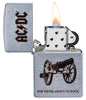 Frontansicht Zippo AC/DC Design For Those About To Rock Feuerzeug geöffnet mit Flamme